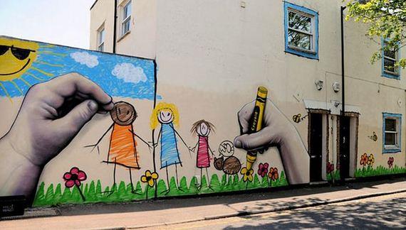 fresque murale à l'entrée d'une école par Dones