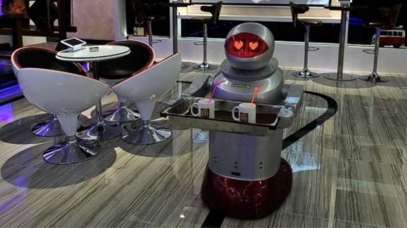 Les serveurs remplacés par des robots au Pengheng Espace Capsules Hôtel en Chine